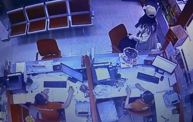 Nữ đối tượng cướp 2,1 tỉ đồng của Techcombank đã bị bắt - Ảnh 1.