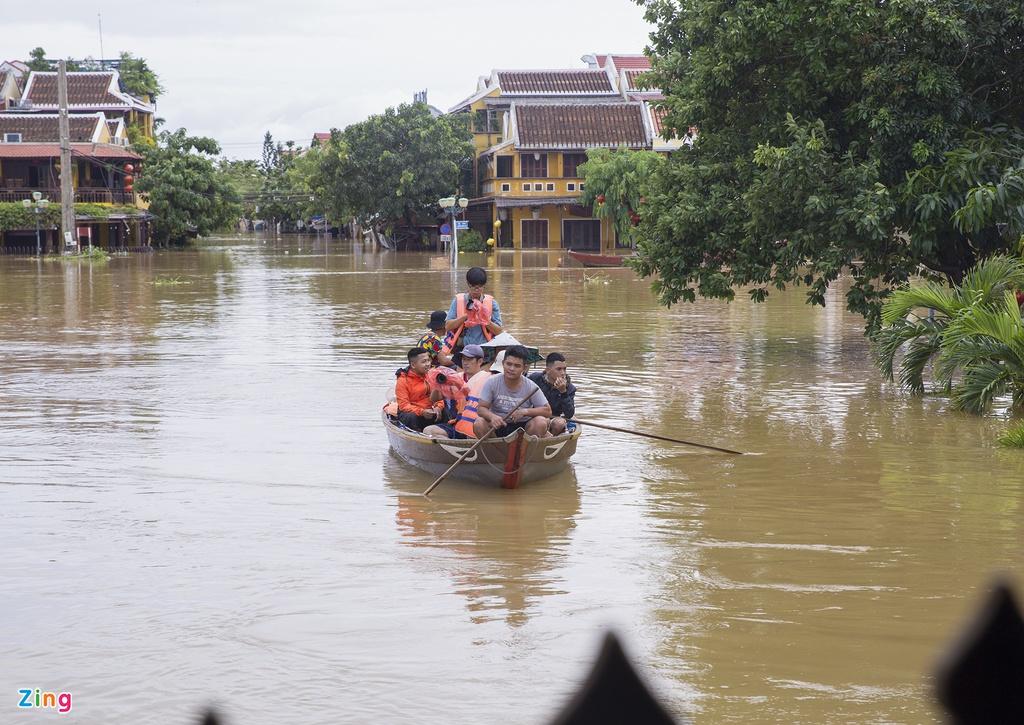 Hội An tấp nập ghe tàu đưa du khách dạo phố cổ mùa mưa lũ - Ảnh 1.