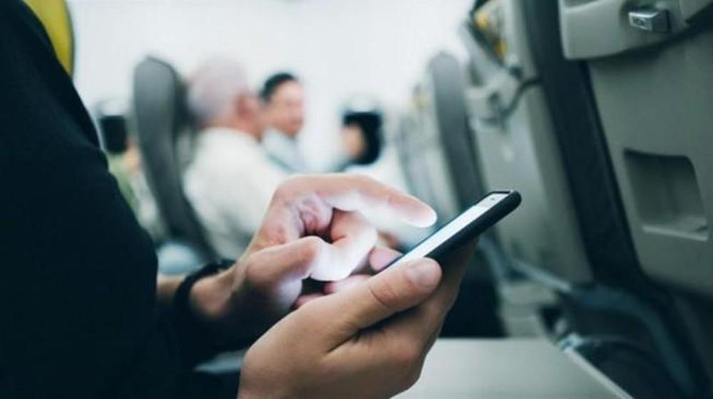 Cách tiếp viên phát hiện hành khách không tắt điện thoại trên máy bay - Ảnh 1.