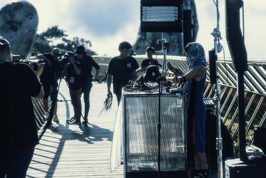 Ngắm những khoảng khắc đẹp ngỡ ngàng của Cầu Vàng trong lễ hội  âm nhạc trực tuyến United We Stream Asia - Ảnh 2.