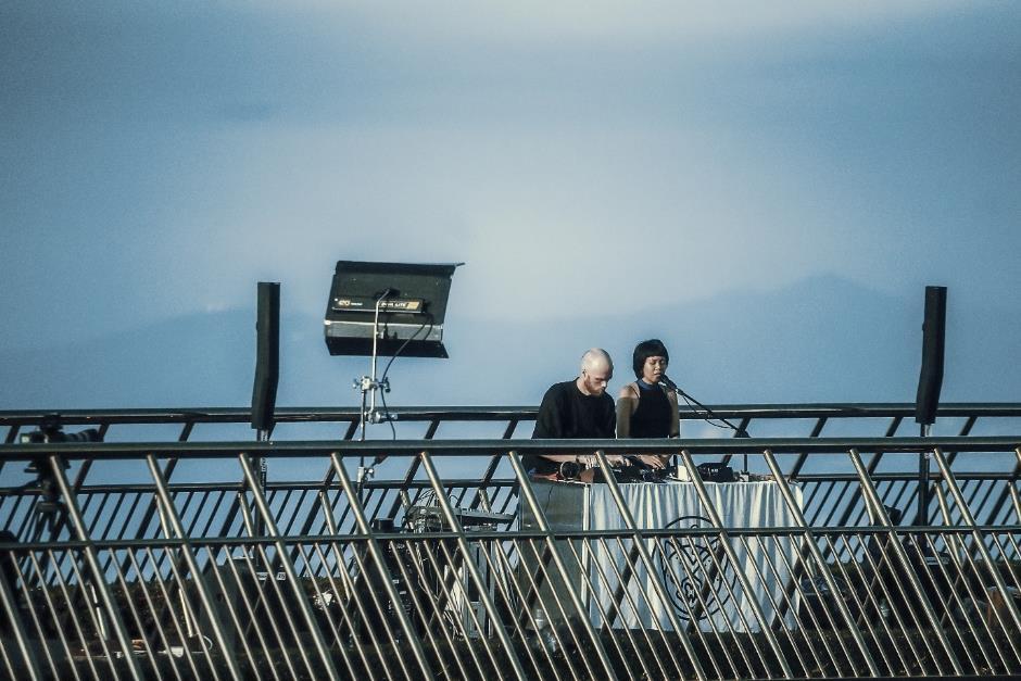 Ngắm những khoảng khắc đẹp ngỡ ngàng của Cầu Vàng trong lễ hội  âm nhạc trực tuyến United We Stream Asia - Ảnh 6.