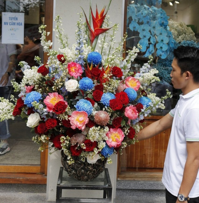 Thị trường hoa cao cấp vẫn hút khách dịp 20/10 - Ảnh 3.