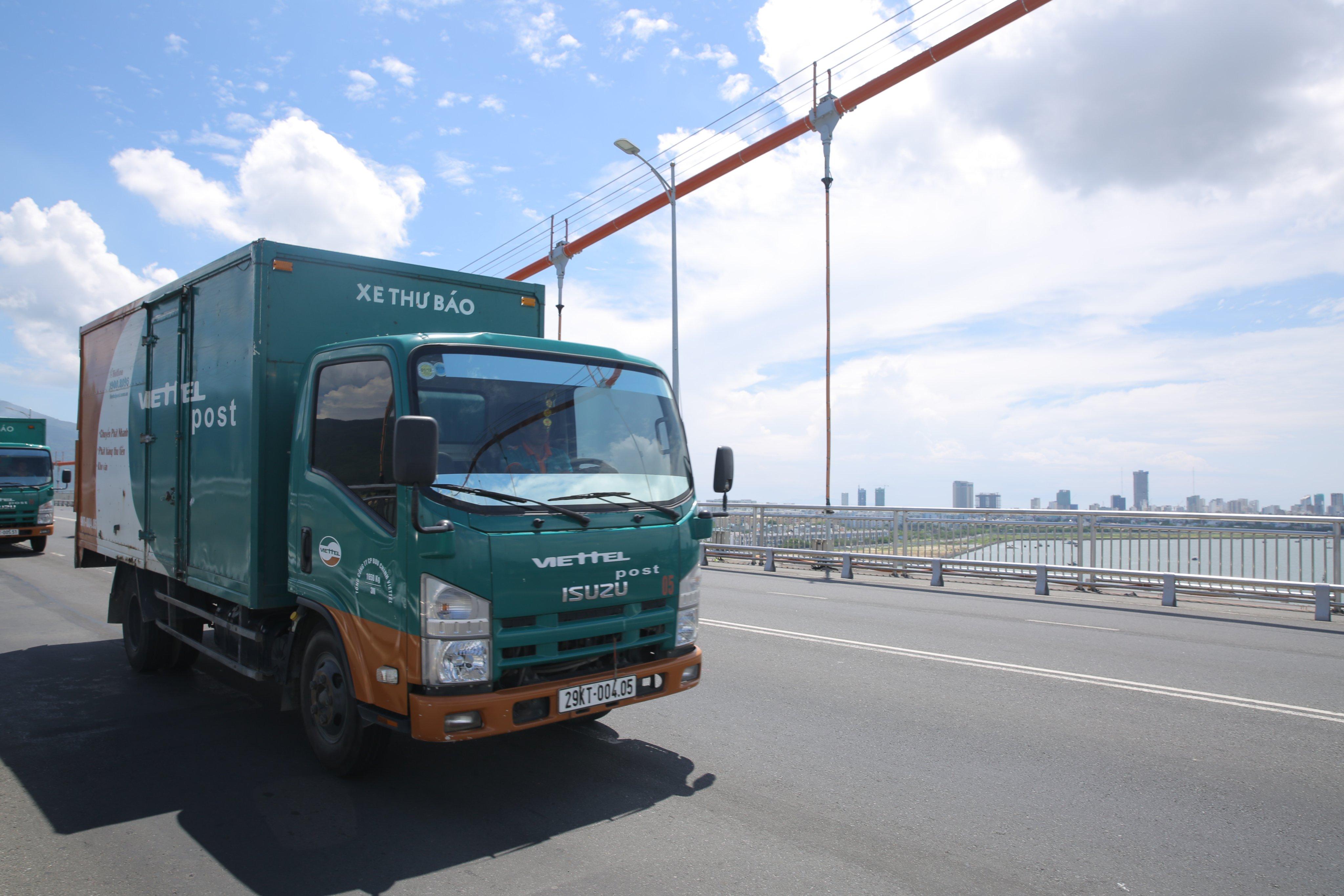 Viettel Post hỗ trợ vận chuyển hàng cứu trợ miễn phí đến đồng bào miền Trung - Ảnh 3.