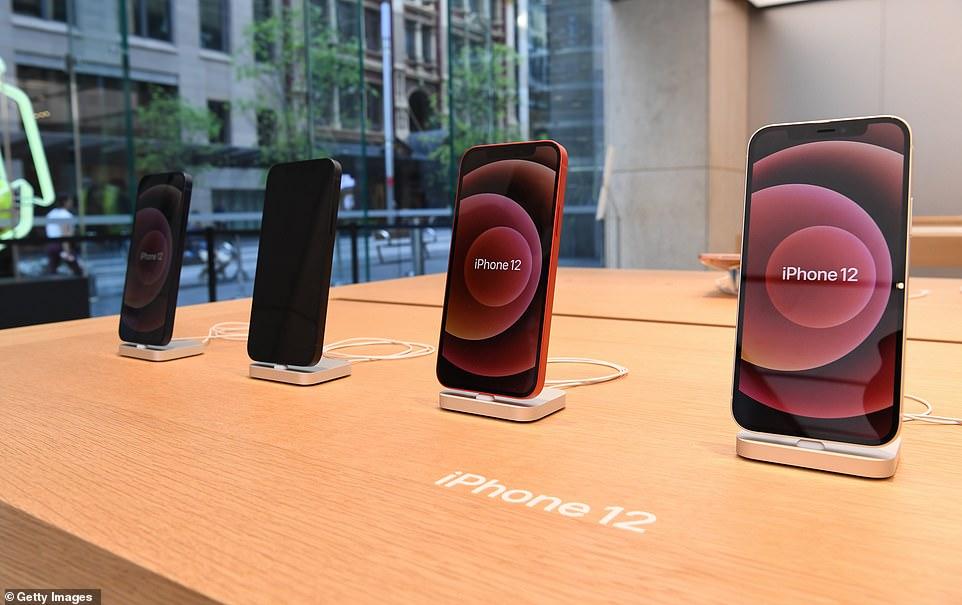 IPhone 12 xách tay tạo sức ép về giá tới các đại lí chính hãng - Ảnh 1.