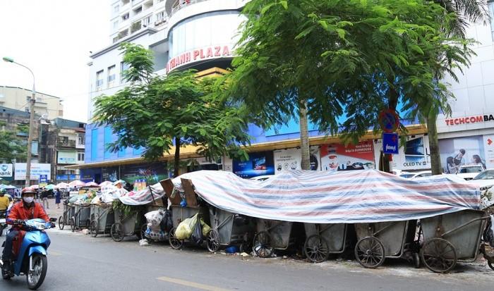 Nhiều tuyến phố Hà Nội ngập trong rác thải - Ảnh 1.