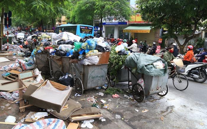 Nhiều tuyến phố Hà Nội ngập trong rác thải - Ảnh 4.