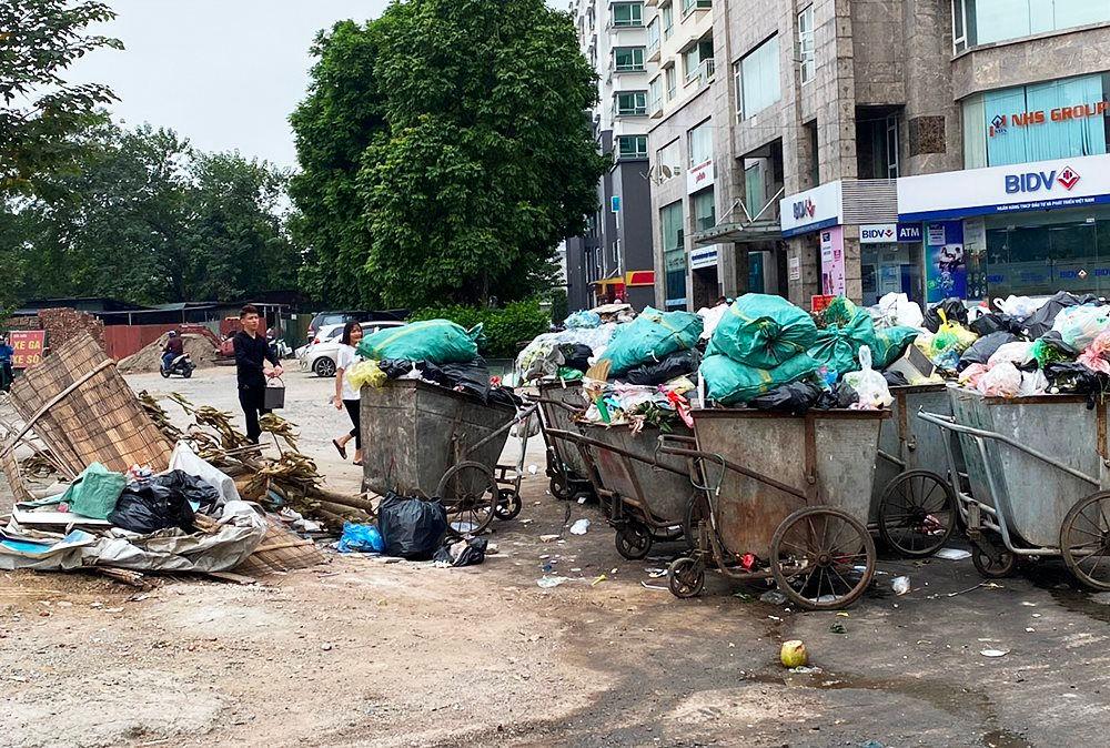 Nhiều tuyến phố Hà Nội ngập trong rác thải - Ảnh 3.