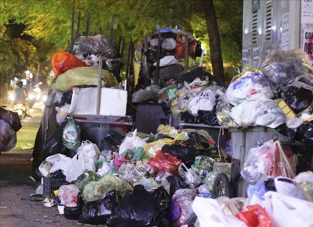 Nhiều tuyến phố Hà Nội ngập trong rác thải - Ảnh 8.