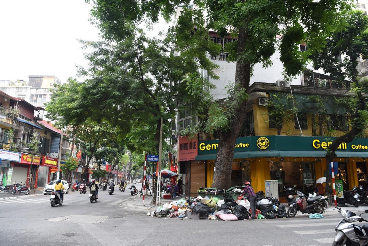 Nhiều tuyến phố Hà Nội ngập trong rác thải - Ảnh 5.