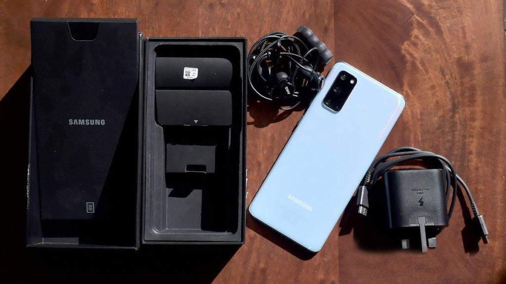 Samsung Galaxy S21 có thể sẽ không được tặng kèm sạc và tai nghe - Ảnh 1.