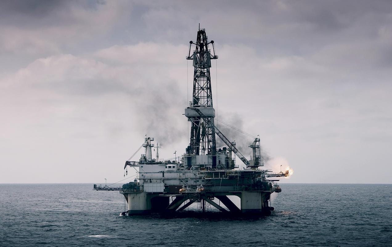 Tạp chí World Oil: Hoạt động khoan dầu thô toàn cầu dự kiến giảm 26,6% trong năm 2020 - Ảnh 1.