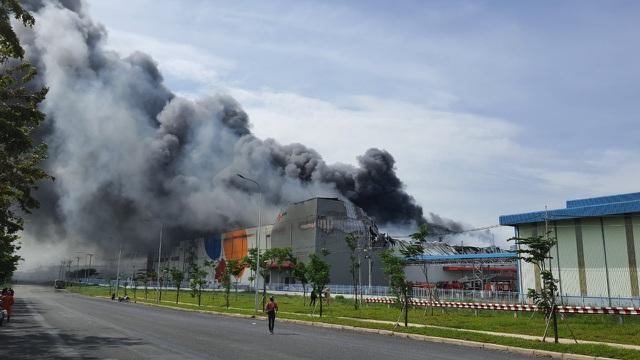 Đang cháy lớn trong khu công nghiệp Hiệp Phước, Nhà Bè, TP HCM - Ảnh 1.