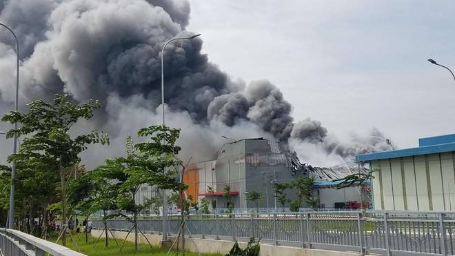 Đang cháy lớn trong khu công nghiệp Hiệp Phước, Nhà Bè, TP HCM - Ảnh 2.
