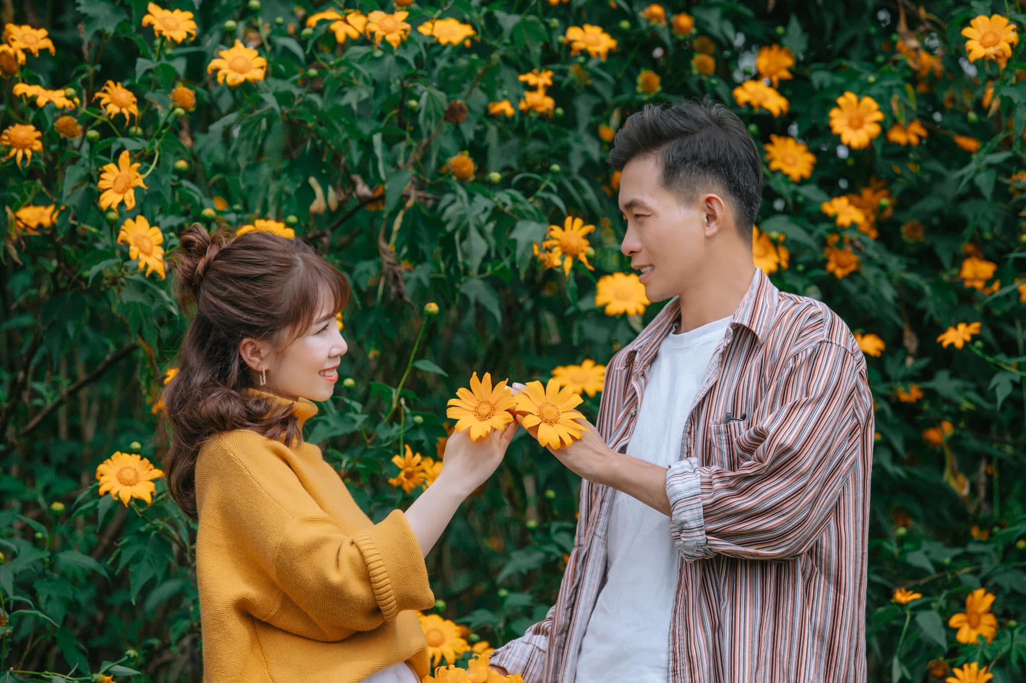 Ngắm Đà Lạt mùa hoa dã quỳ qua bộ ảnh lãng mạn của cặp đôi trẻ - Ảnh 5.
