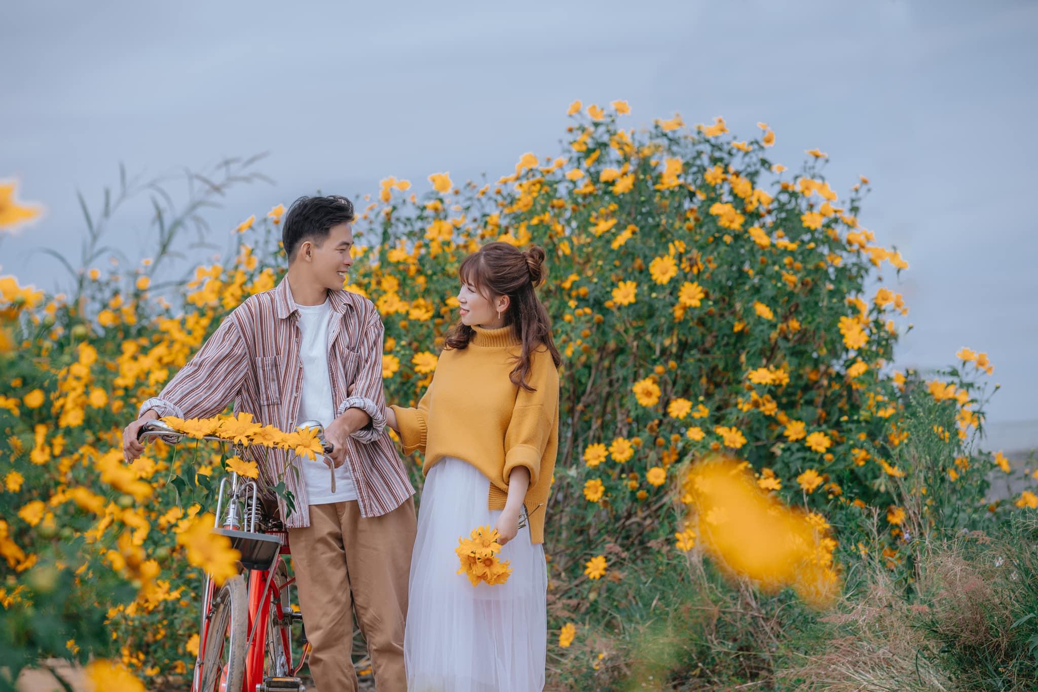 Ngắm Đà Lạt mùa hoa dã quỳ qua bộ ảnh lãng mạn của cặp đôi trẻ - Ảnh 1.