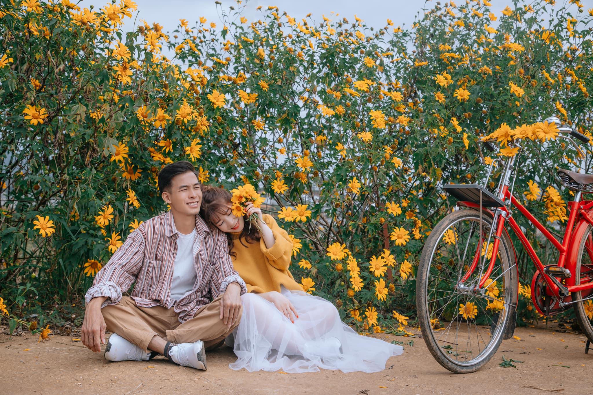 Ngắm Đà Lạt mùa hoa dã quỳ qua bộ ảnh lãng mạn của cặp đôi trẻ - Ảnh 2.