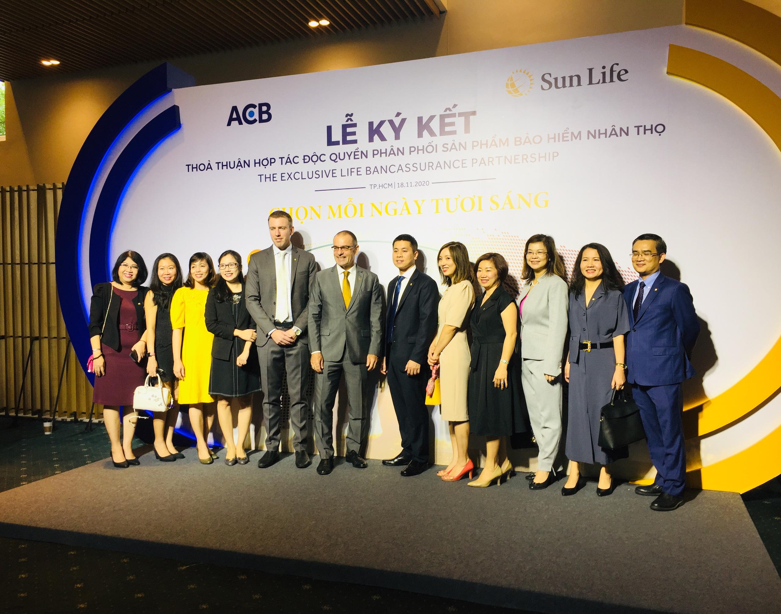 ACB bắt tay Sun Life Việt Nam độc quyền phân phối bảo hiểm nhân thọ 15 năm - Ảnh 1.
