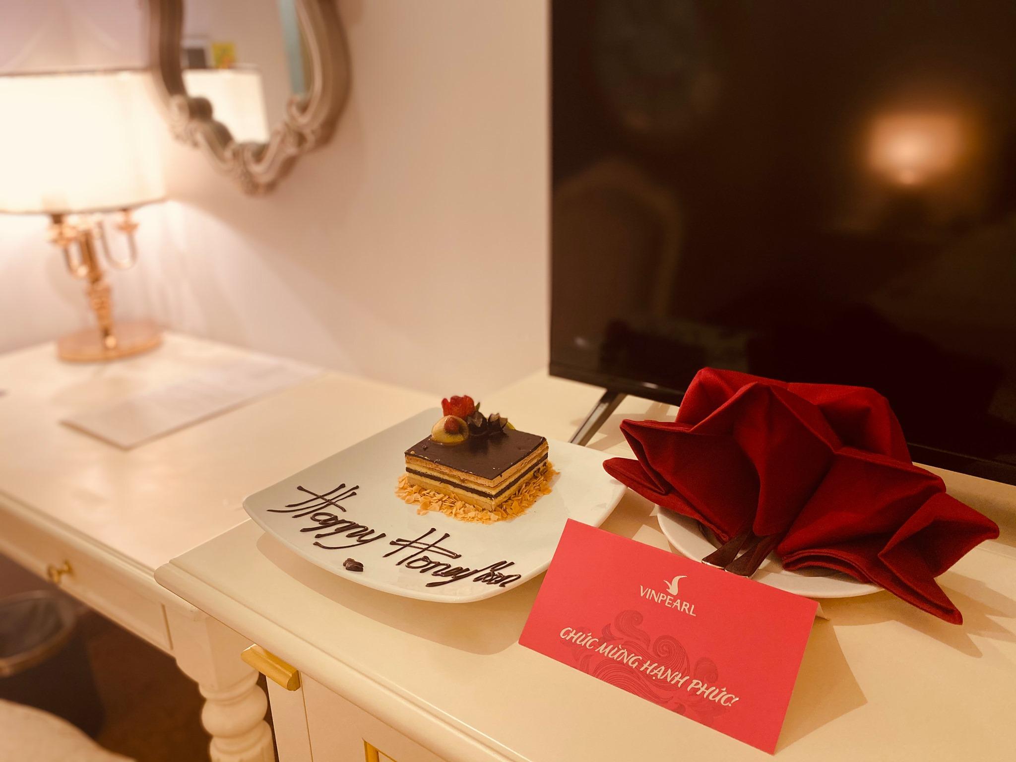 Cách đặt phòng tân hôn ở khách sạn cho cặp đôi mới cưới - Ảnh 2.