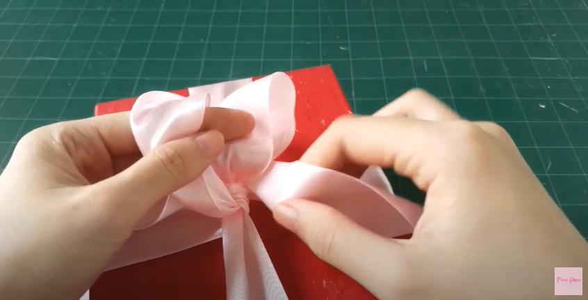 Gợi ý những cách thắt nơ hộp quà đơn giản mà đẹp dành tặng những người thân yêu - Ảnh 3.