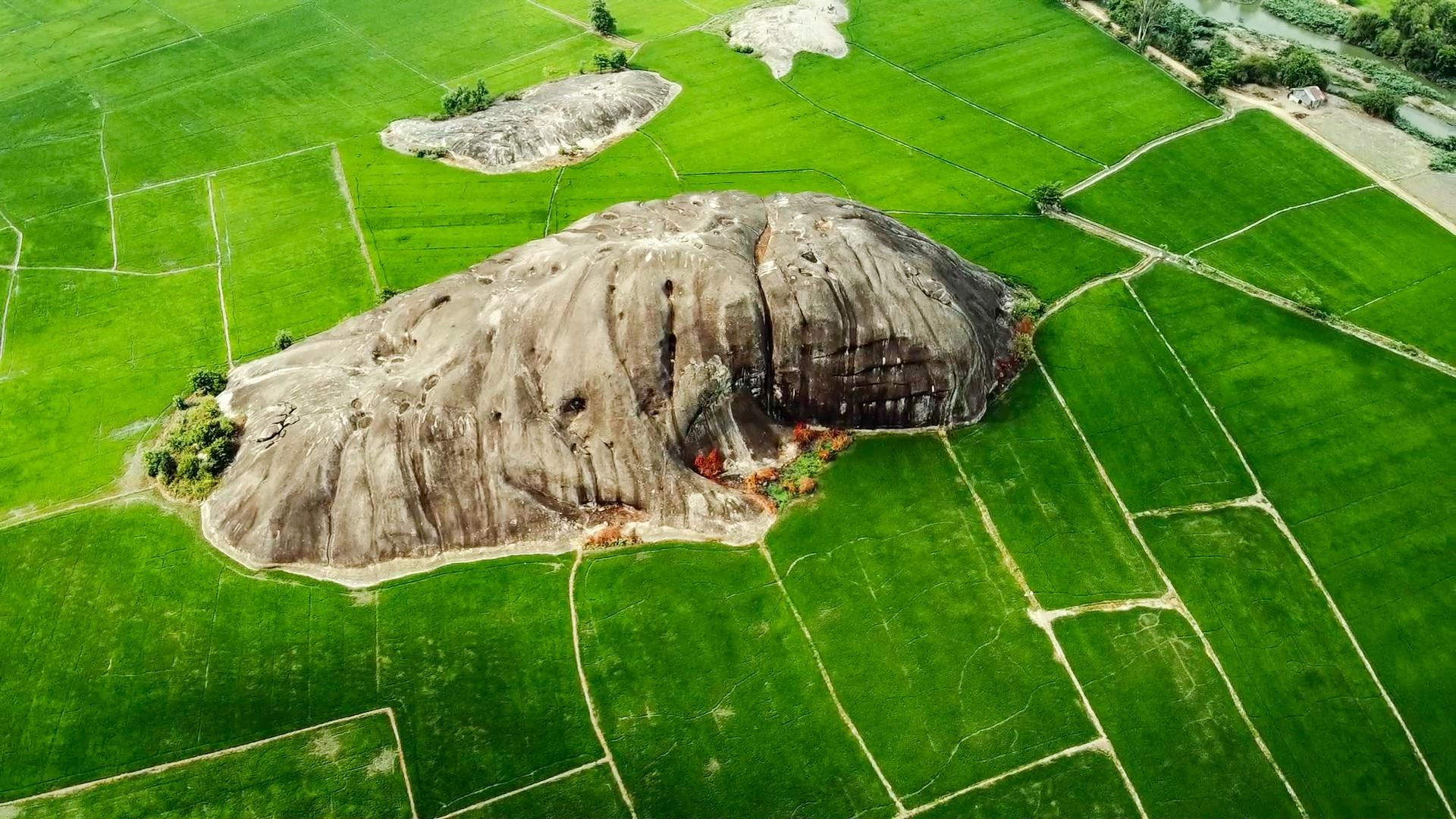 Khám phá đá Chữ Thập, địa điểm dã ngoại lí tưởng quanh khu vực Sài Gòn - Ảnh 1.