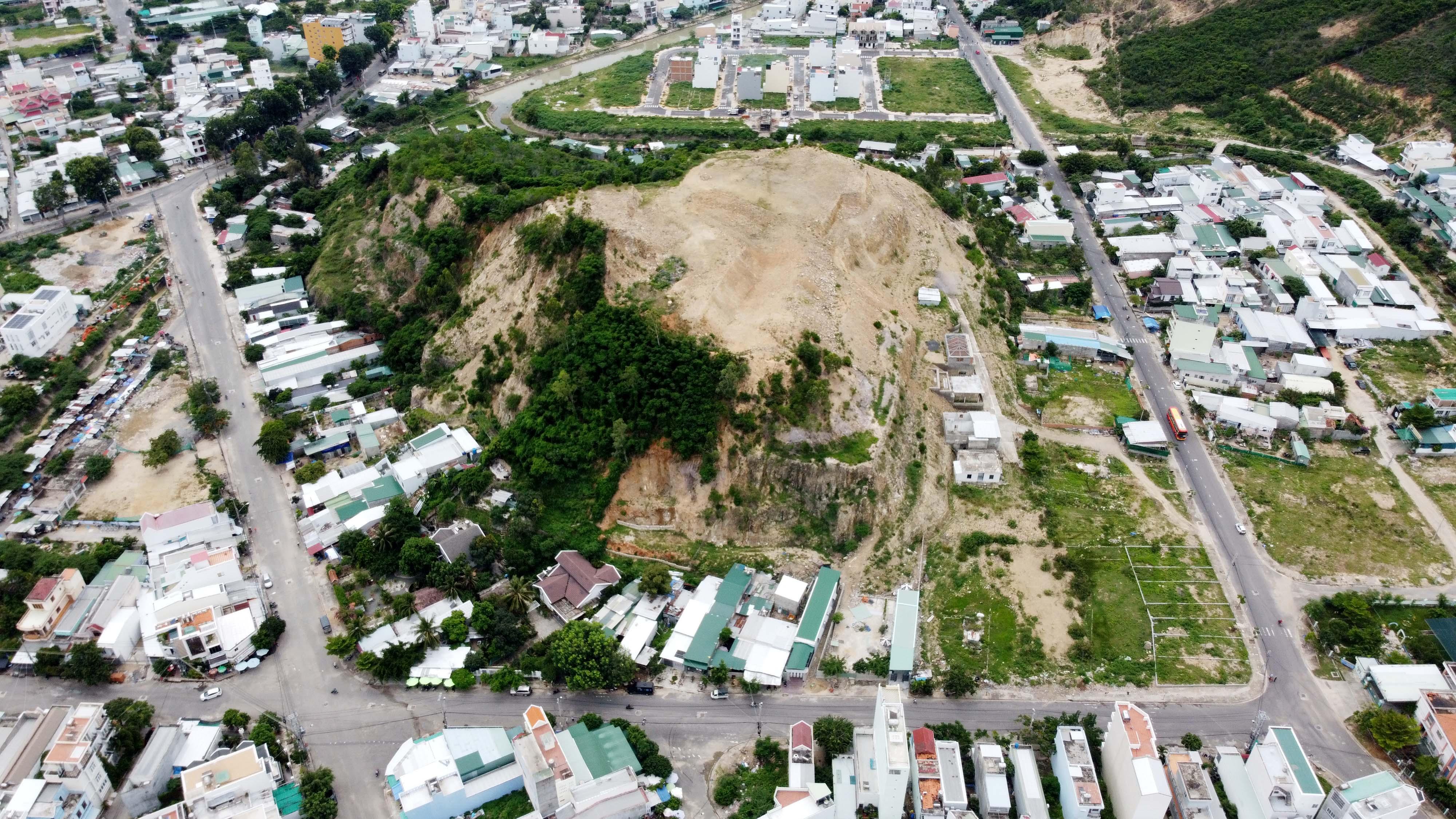 Khánh Hòa: Đề nghị chấm dứt dự án cạo trọc núi uy hiếp người dân mùa mưa bão - Ảnh 1.