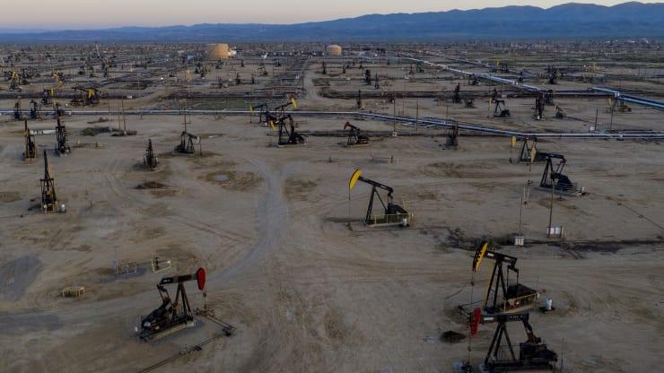 Giá xăng dầu hôm nay 6/11: Trước diễn biến gay gắt của cuộc bầu cử Tổng thống Mỹ, giá dầu giảm trở lại - Ảnh 1.