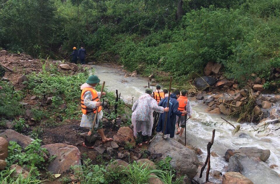 Nha Trang ngập lụt diện rộng, giao thông chia cắt, 4 người thiệt mạng - Ảnh 3.