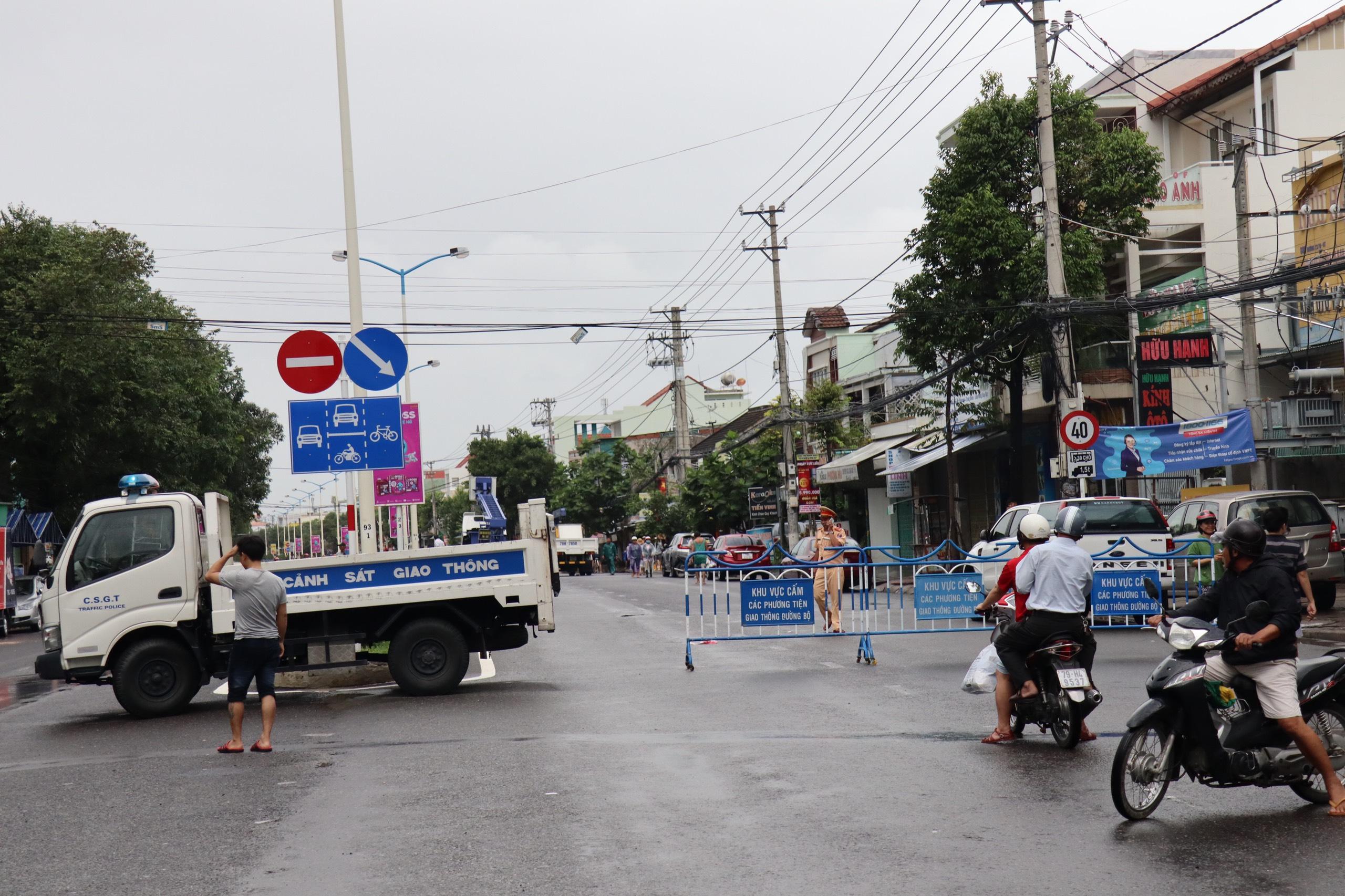 Nha Trang ngập lụt diện rộng, giao thông chia cắt, 4 người thiệt mạng - Ảnh 1.