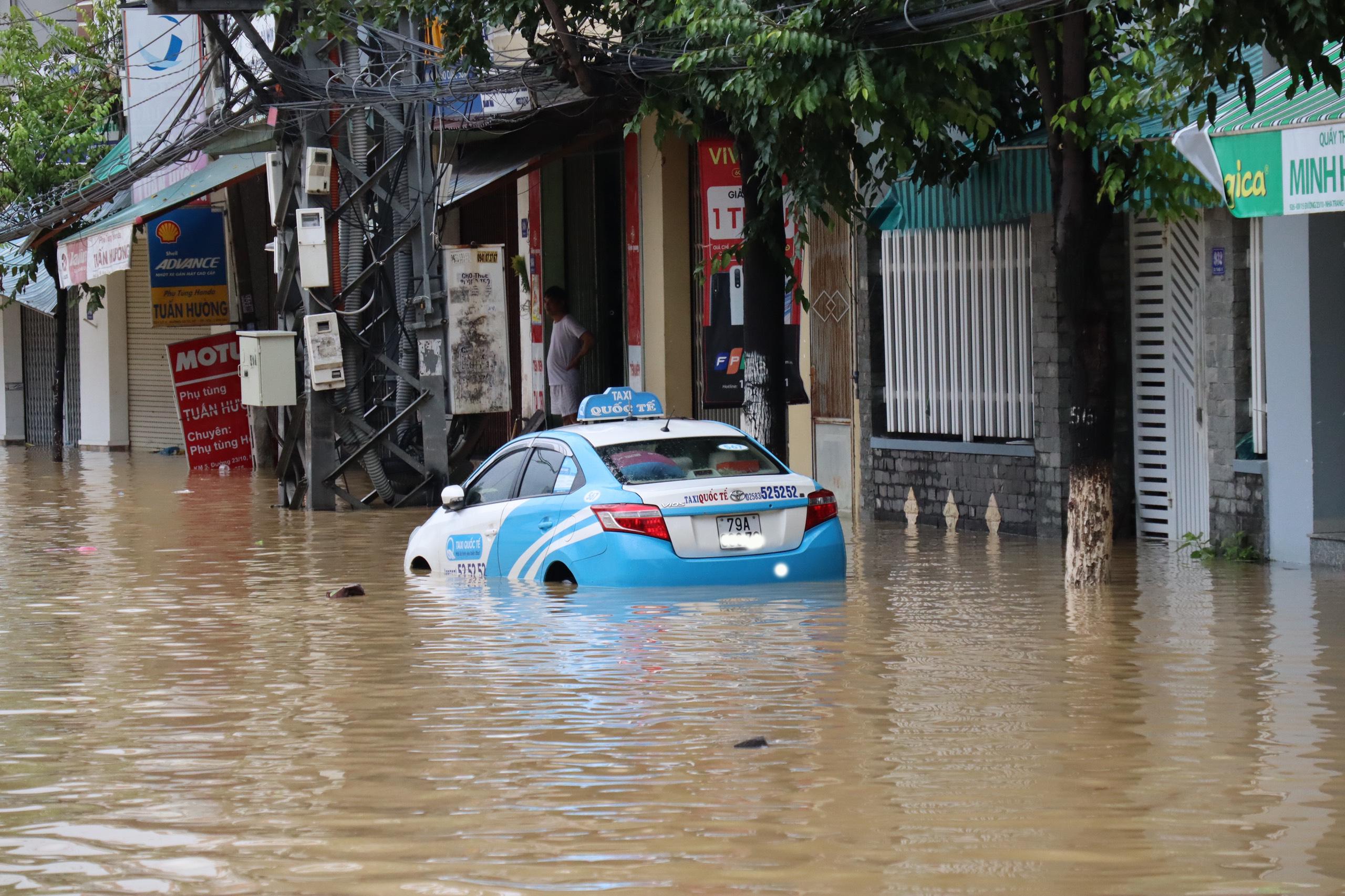Nha Trang ngập lụt diện rộng, giao thông chia cắt, 4 người thiệt mạng - Ảnh 2.