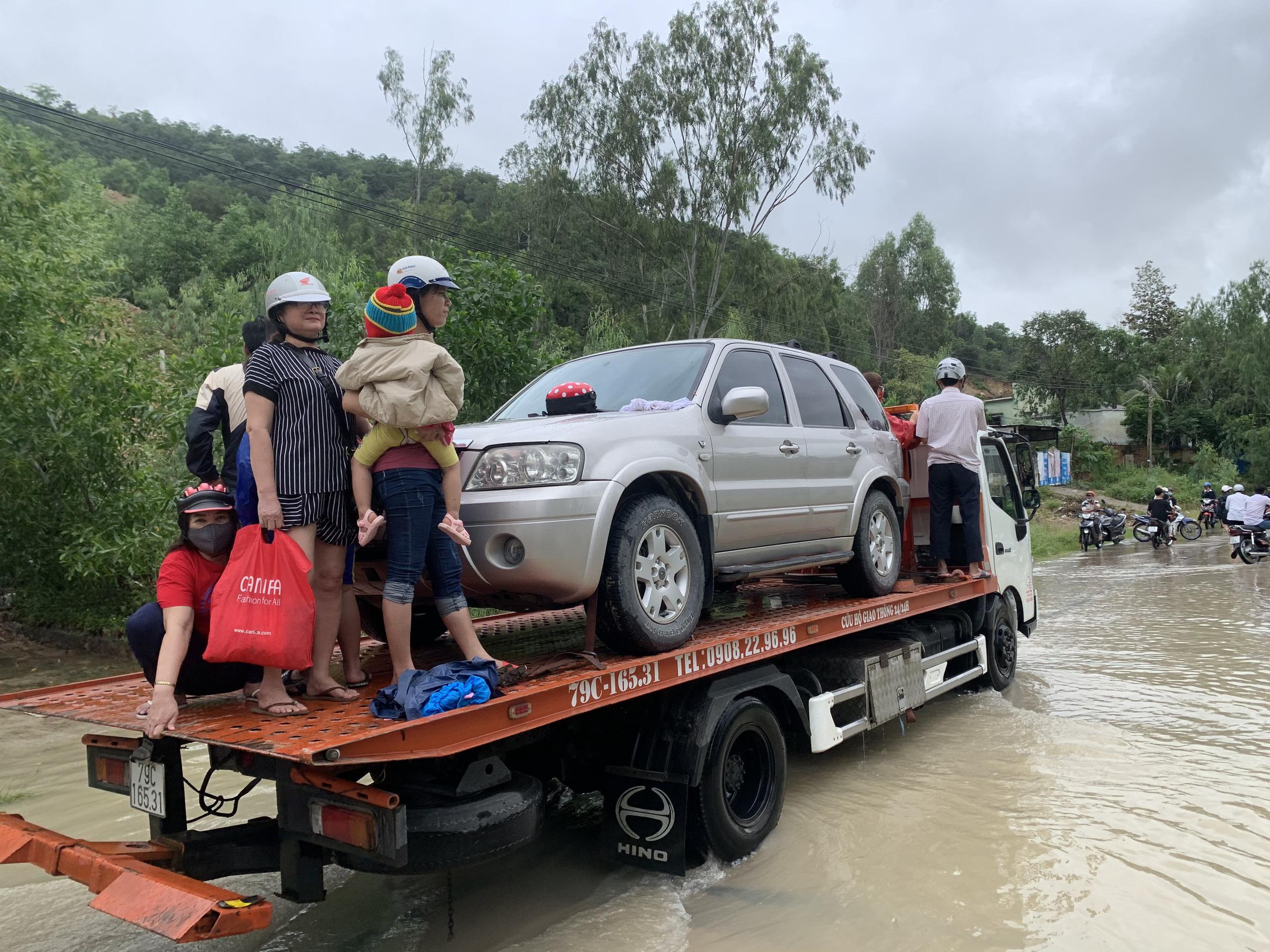 Nha Trang ngập lụt diện rộng, giao thông chia cắt, 4 người thiệt mạng - Ảnh 4.