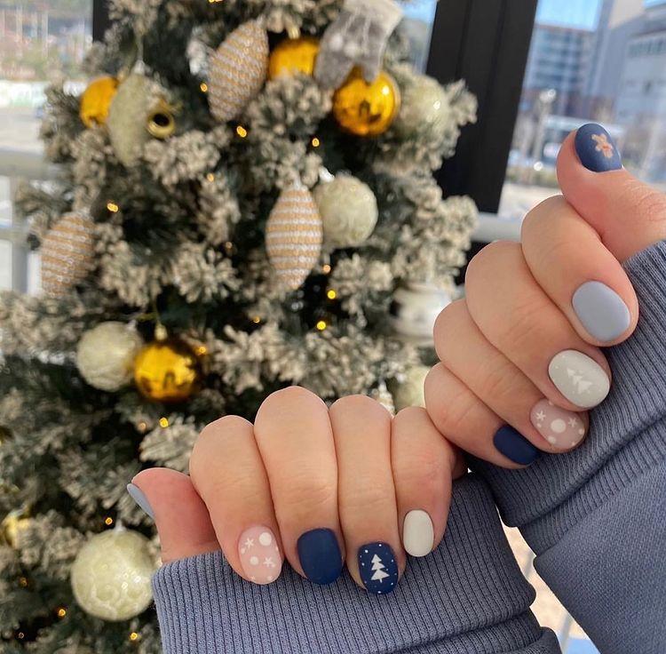 Hưởng ứng Noel bằng những mẫu nail có họa tiết nổi bật và độc đáo - Ảnh 1.