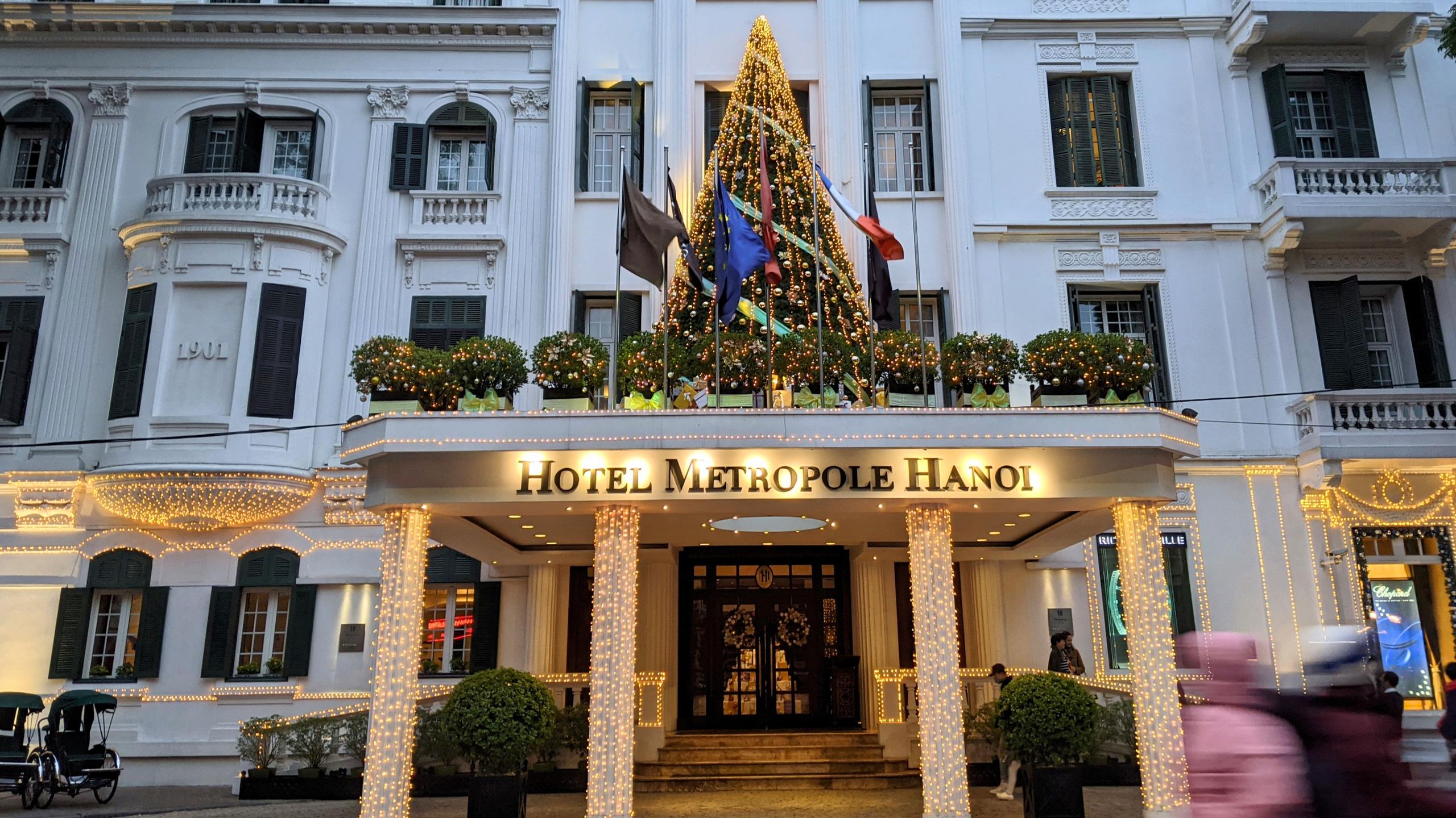 Khách sạn, trung tâm thương mại đồng loạt 'thay áo' mùa Giáng sinh 2020 - Ảnh 1.
