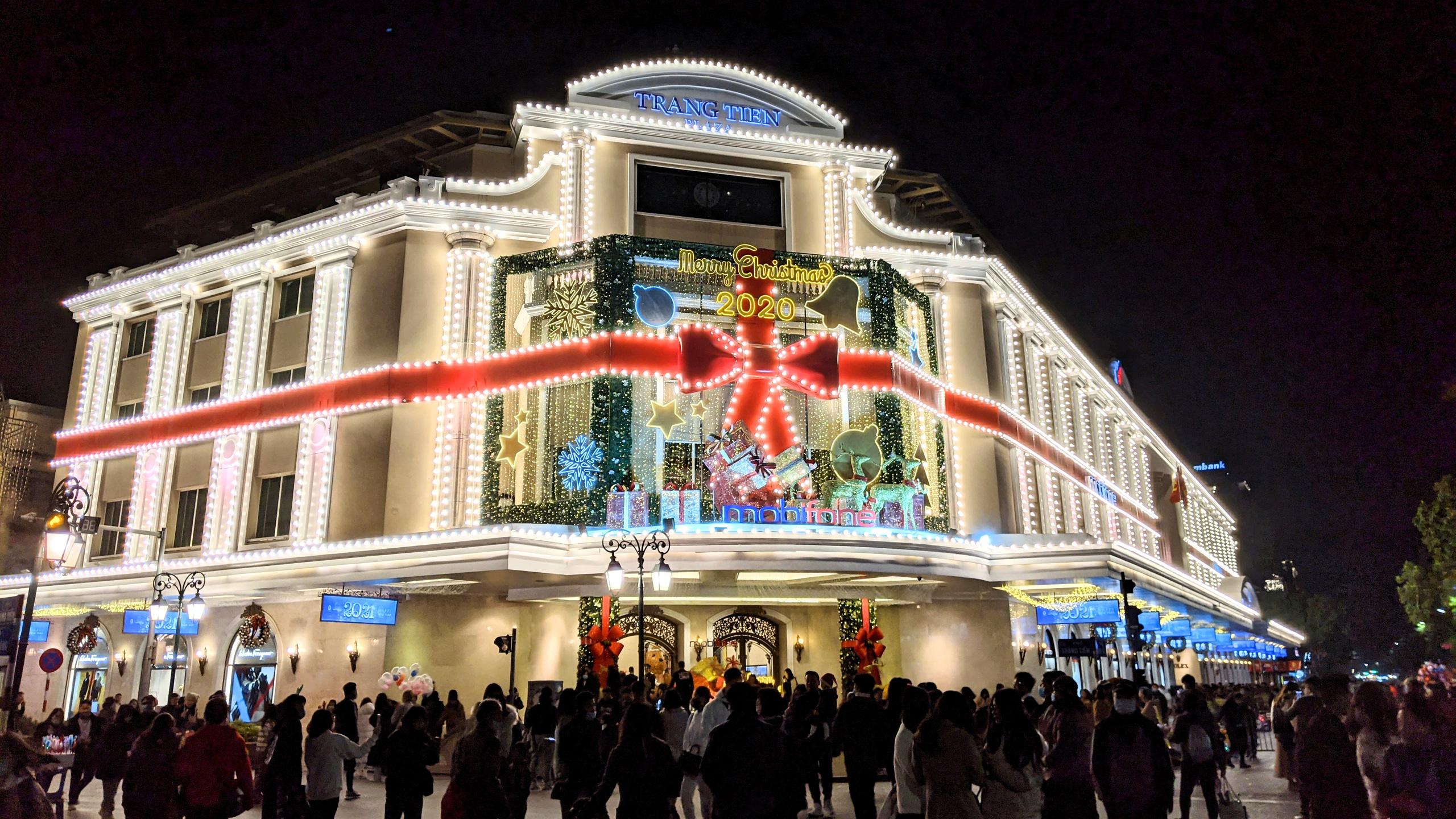 Khách sạn, trung tâm thương mại đồng loạt 'thay áo' mùa Giáng sinh 2020 - Ảnh 2.