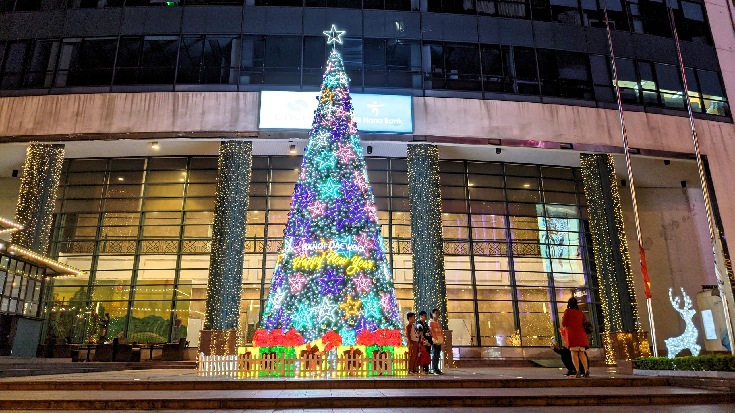 Khách sạn, trung tâm thương mại đồng loạt 'thay áo' mùa Giáng sinh 2020 - Ảnh 10.