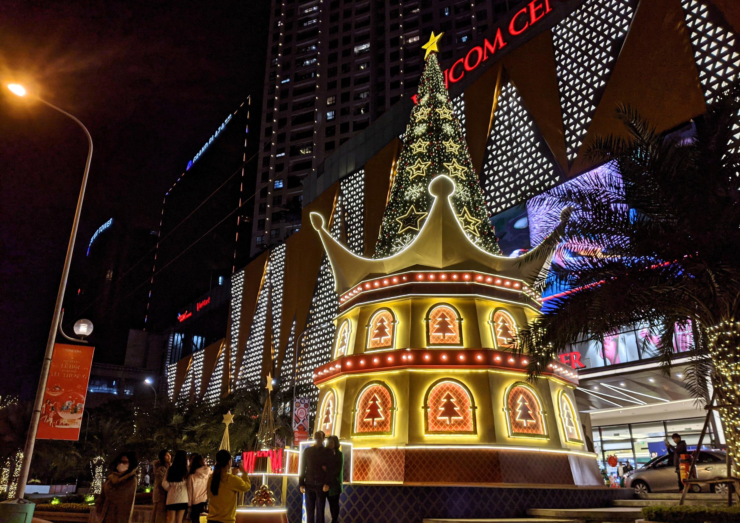 Khách sạn, trung tâm thương mại đồng loạt 'thay áo' mùa Giáng sinh 2020 - Ảnh 6.