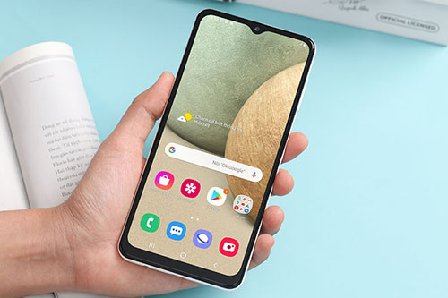 Samsung Galaxy A12 thiết kế trẻ trung, pin khủng 5000mAh giá chưa tới 5 triệu - Ảnh 1.