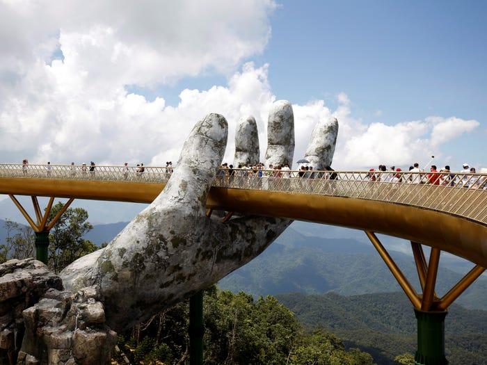 Cầu Vàng Việt Nam lọt top 10 cây cầu đẹp nhất thế giới - Ảnh 1.