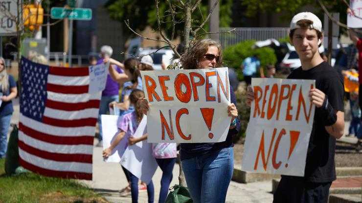 Giữa đại dịch, trên khắp nước Mỹ người dân tổ chức biểu tình rầm rộ đòi dỡ lệnh phong toả - Ảnh 1.