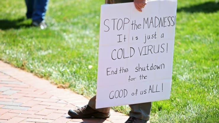 Giữa đại dịch, trên khắp nước Mỹ người dân tổ chức biểu tình rầm rộ đòi dỡ lệnh phong toả - Ảnh 3.