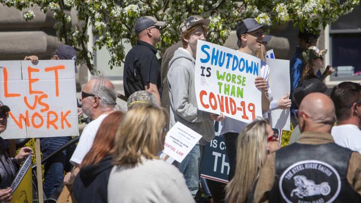 Giữa đại dịch, trên khắp nước Mỹ người dân tổ chức biểu tình rầm rộ đòi dỡ lệnh phong toả - Ảnh 10.