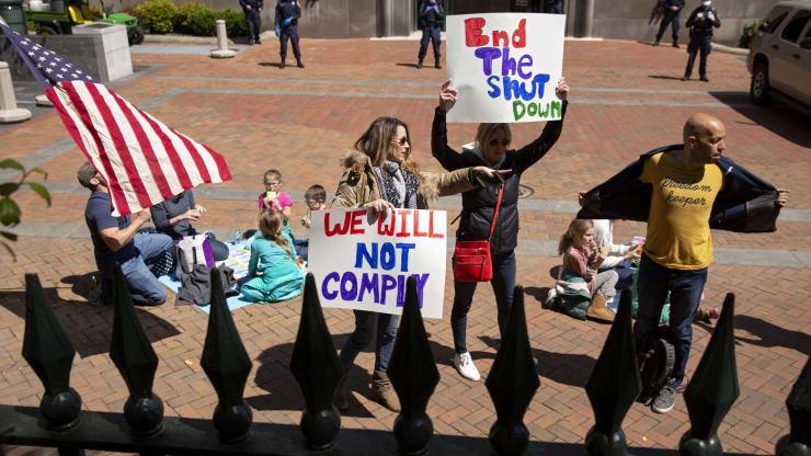 Giữa đại dịch, trên khắp nước Mỹ người dân tổ chức biểu tình rầm rộ đòi dỡ lệnh phong toả - Ảnh 7.