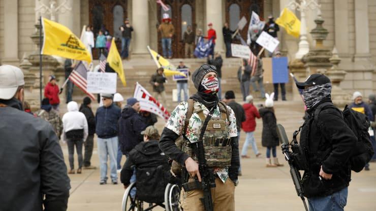 Giữa đại dịch, trên khắp nước Mỹ người dân tổ chức biểu tình rầm rộ đòi dỡ lệnh phong toả - Ảnh 8.