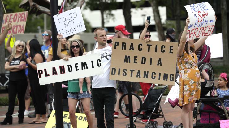 Giữa đại dịch, trên khắp nước Mỹ người dân tổ chức biểu tình rầm rộ đòi dỡ lệnh phong toả - Ảnh 9.