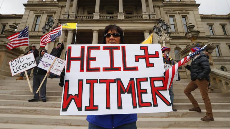 Giữa đại dịch, trên khắp nước Mỹ người dân tổ chức biểu tình rầm rộ đòi dỡ lệnh phong toả - Ảnh 2.