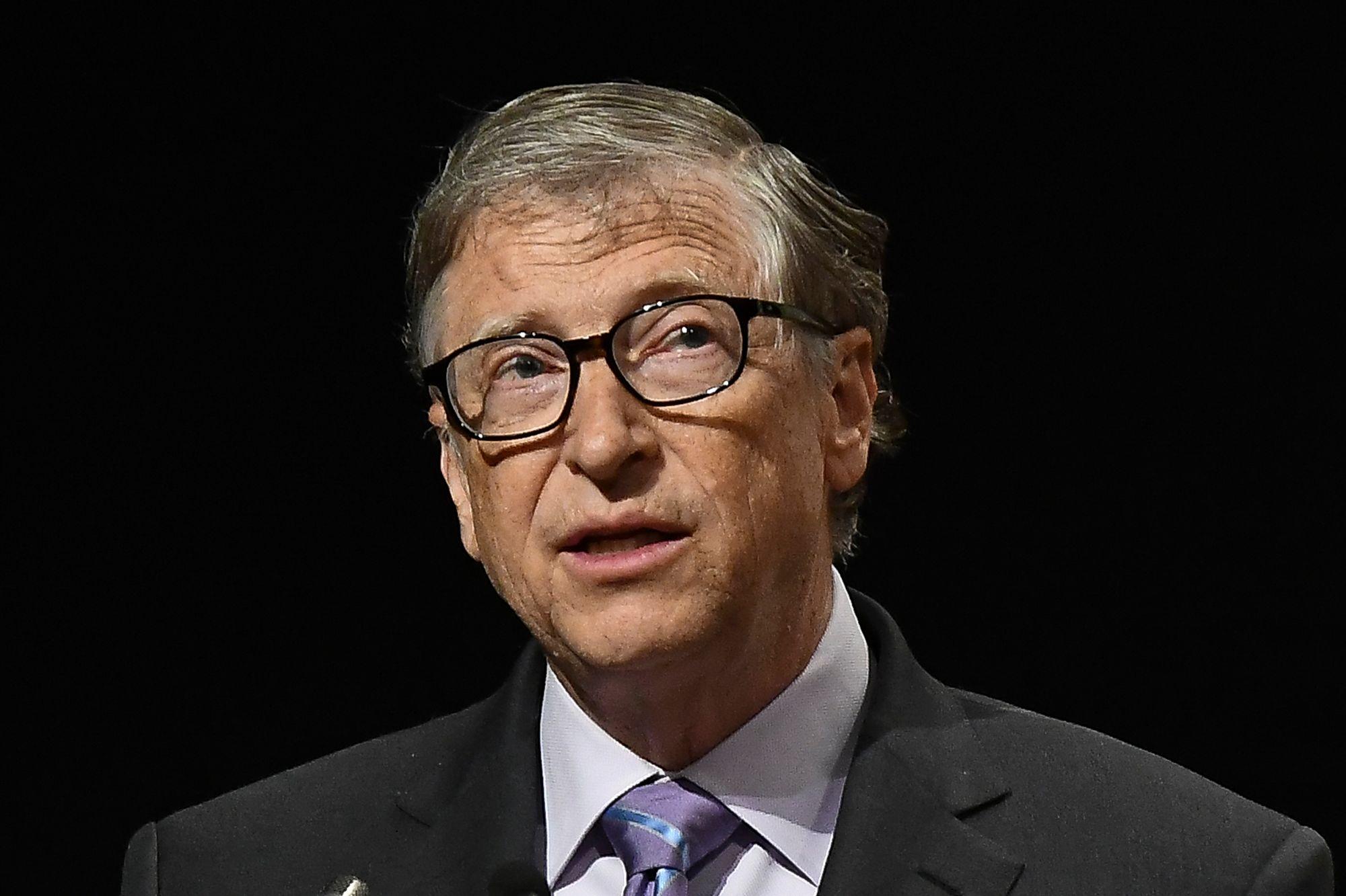 Tỉ phú Bill Gates trở thành mục tiêu mới trong các thuyết âm mưu về virus Covid-19 - Ảnh 1.