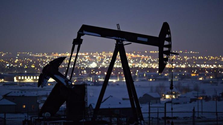 Nguyên nhân đằng sau giá dầu lao xuống mức dưới 0 USD/thùng? - Ảnh 1.