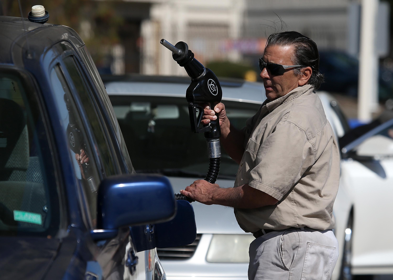 Thị trường dầu mỏ sụp đổ, giá dầu xuống mức âm, người dân được tặng tiền khi mua dầu - Ảnh 2.