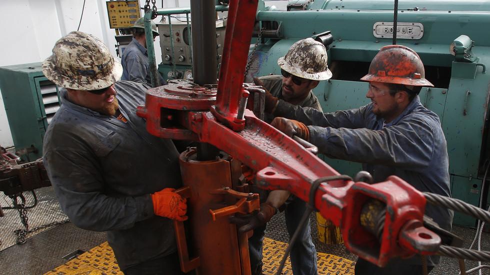 Nguyên nhân đằng sau giá dầu lao xuống mức dưới 0 USD/thùng? - Ảnh 2.