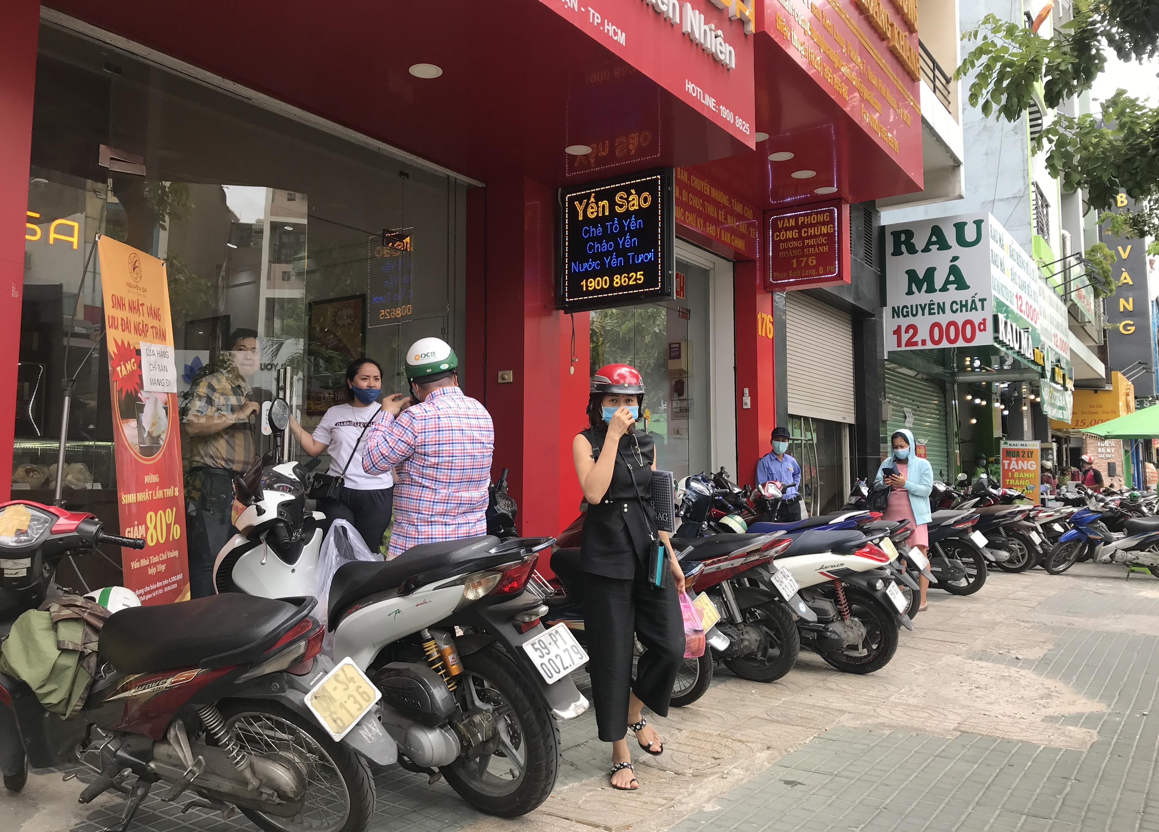 Hàng quán Sài Gòn tất bật dọn dẹp, hi vọng được mở cửa hoạt động lại vào ngày mai - Ảnh 1.