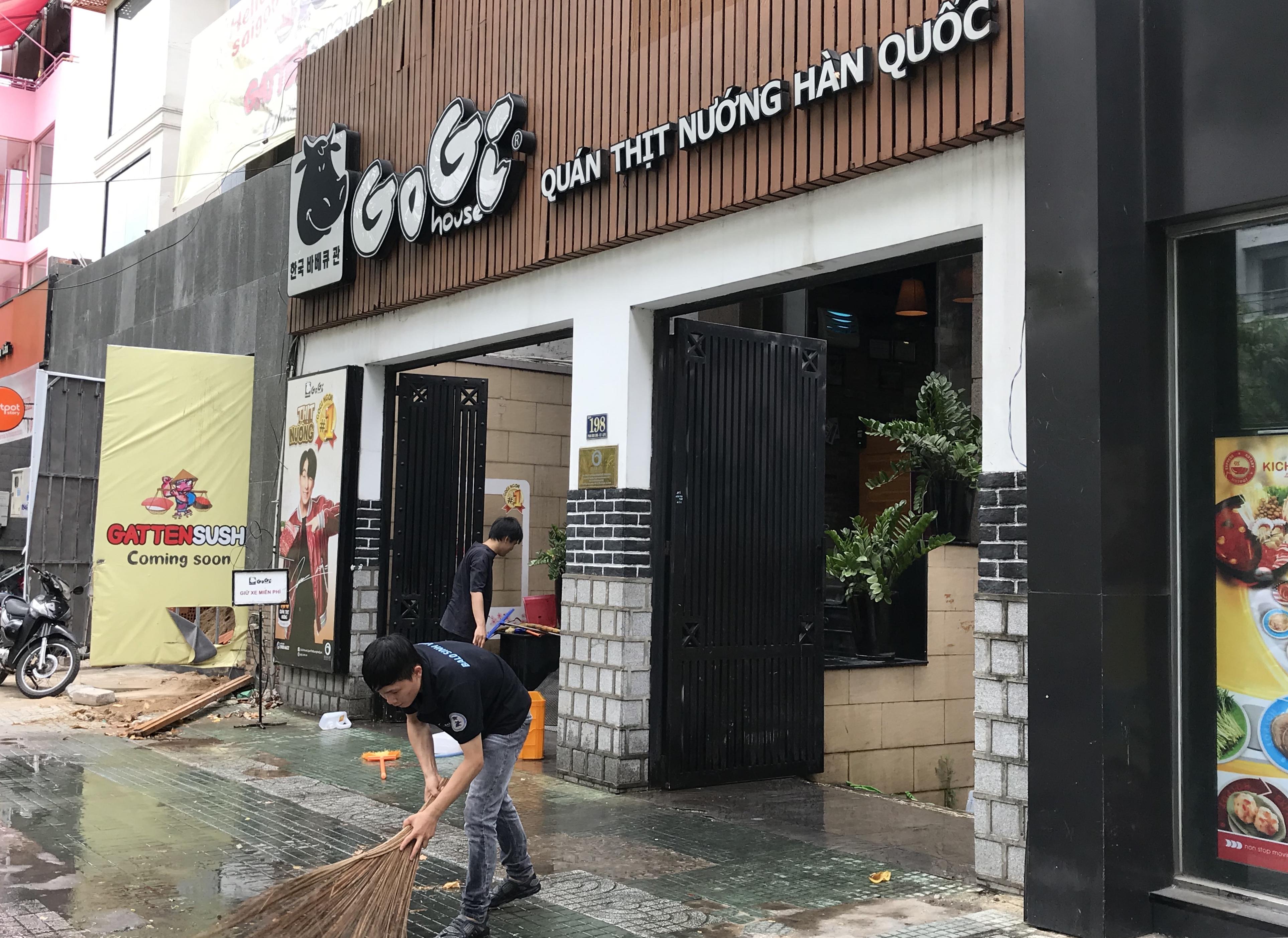 Hàng quán Sài Gòn tất bật dọn dẹp, hi vọng được mở cửa hoạt động lại vào ngày mai - Ảnh 2.
